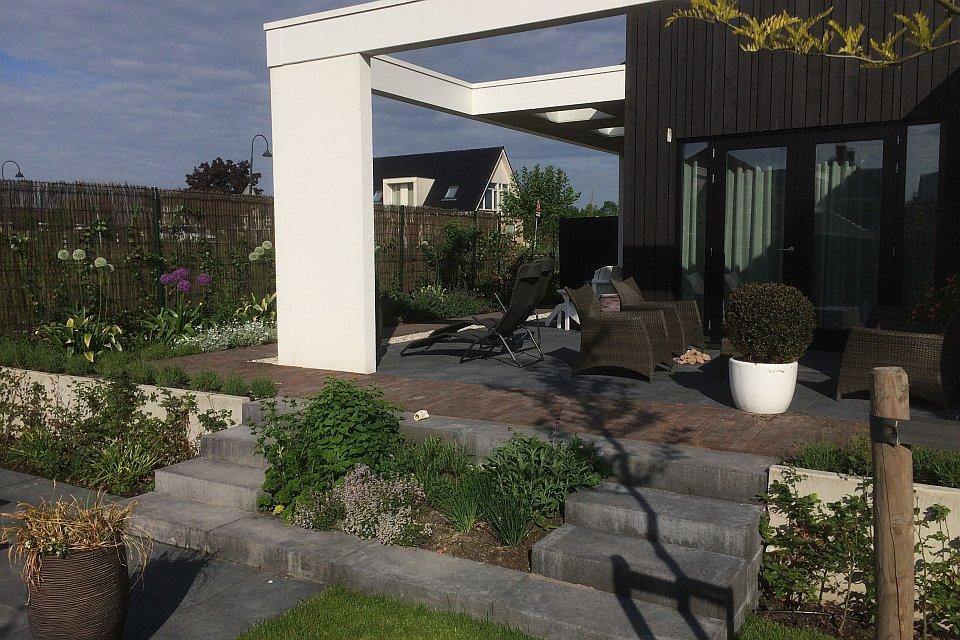 Plantrijke tuin met weinig onderhoud lelystad hoveniersbedrijf